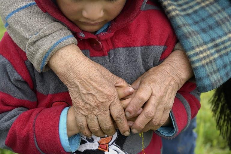 Los niños que se quedan cuando sus padres emigran