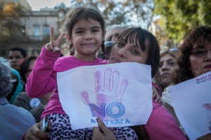 """Mother and daughter hold up signs with the slogan """"Ni Una Menos"""", in the demonstration against femicide in Buenos Aires. Credit: Courtesy of Ni Una Menos."""