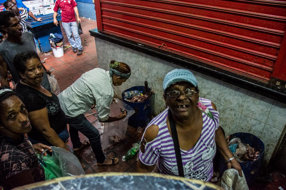 Mujere buscando comida en la basura Horacio Siciliano